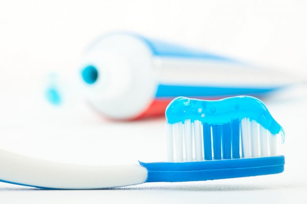 depositphotos_14078772-stock-photo-toothbrush-with-blue-toothpaste-next